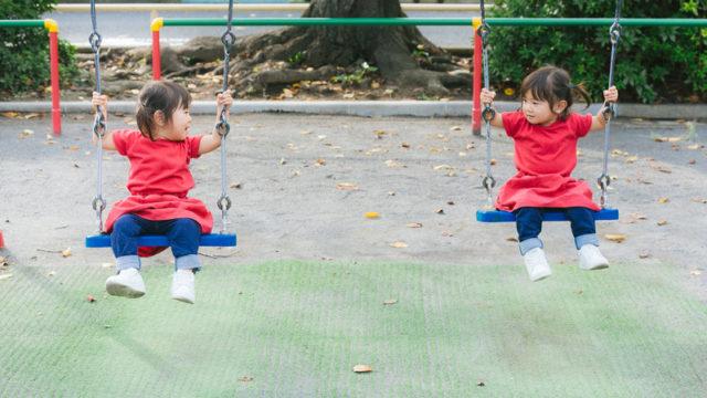 ブランコで遊ぶ女の子たち