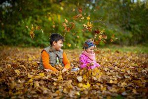 子供と枯れ葉