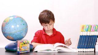男の子が一人で勉強している