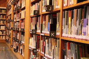 図書館の本が並んでいる