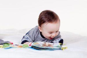 子供が本を読んでいる