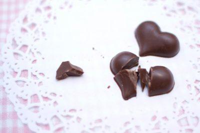 割られたハート型のチョコ