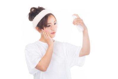 顔にうるおいを与えている女性
