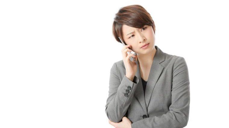 電話で怒る女性